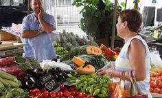 RJ - TOMATE/FEIRA LIVRE/PRE«O - GERAL - Tomate Italiano È vendido a R$ 9,90 o quilo na feira livre do Pechincha, na Rua Coronel Thedim, em Jacarepagu·, zona oeste do Rio de Janeiro (RJ), nesta quarta-feira (10). Segundo o IPC-M, Ìndice de preÁos ao consumidor que compıe o IGP-M, sÛ nos dois primeiros meses do ano o fruto j· subiu 50,21%. A alta foi ainda maior se considerado o acumulado dos ˙ltimos doze meses que foi de 74,82%, entre marÁo de 2012 e fevereiro de 2013. 10/04/2013 - Foto: ALE…