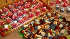 Печенье «Белые грибочки» и «Мухоморы», испеченные по этому рецепту, вкусные и выглядят как настоящие. Такие печенья будут украшением любого праздничного стола.