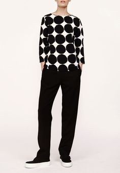 Ilma Pikkuiset Kivet shirt by Marimekko Black and white classic commbination never goes out of fashion. Minimalist Dresses, Minimalist Fashion, Photos Of Women, Marimekko, Fashion Over 40, Office Outfits, Smart Casual, Old Women, Work Wear