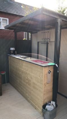 Right here you can find outdoor bar ideas that meet your hopes and also desires. Creating an outdoor bar is so much fun. Select from these layouts to make it much easier! Outdoor Garden Bar, Diy Garden Bar, Diy Outdoor Bar, Backyard Bar, Diy Deck, Beer Garden, Outdoor Ideas, Backyard Ideas, Garden Bbq Ideas