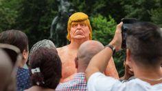 Los ciudadanos estadounidenses y turistas que este jueves estaban paseando por la zona sur de Union Square Park,  en Manhattan,  se llevaron una sorpresa al toparse con una estatua de Donald Trump