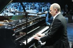 Russian Prime Minister Vladimir Putin plays piano during a charity concert in Saint Petersburg on December 10, 2010. AFP PHOTO / RIA-NOVOSTI / ALEKSEY NIKOLSKY=AFP時事、2010年12月10日撮影