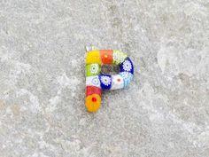 Lettera P  Iniziale in vetro di murano. Ciondolo pendente, colori vari con murrine inserite.