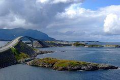 As pontes mais esquisitas do mundo: 22 - Ponte de Storseisundet, Noruega: a ponte de Storseisundet é a mais longa das oito que formam a Rota do Atlântico, conectando a península de Romsdal com a Ilha de Averoya, no litoral da Noruega. A curiosidade desta ponte é que, por causa de sua forma em arco, ela parece sumir quando vista de um certo ângulo, ganhando o apelido de Ponte a lugar nenhum. Foto: Elizabeth Gomm.