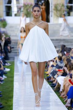 Trendy Beachwear for the Summer Jacquemus Spring 2019 Ready-to-Wear Fashion Show Collection: See the complete Jacquemus Spring 2019 Ready-to-Wear collection. Look 6 Discovred by : Azza Shesheny Trend Fashion, Fashion Weeks, Runway Fashion, Luxury Fashion, Fashion Tips, Feminine Fashion, Fashion Fashion, Beachwear Fashion, Dubai Fashion