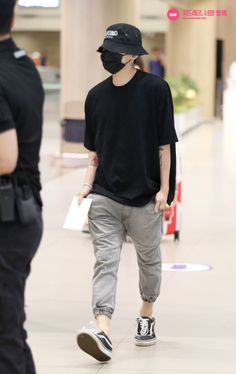 Korea fashion, korean airport fashion, asian fashion, g dragon Korean Airport Fashion, Korean Fashion Work, Korea Fashion, Kpop Fashion, Asian Fashion, Mens Fashion, G Dragon Fashion, G Dragon Top, G Dragon Style