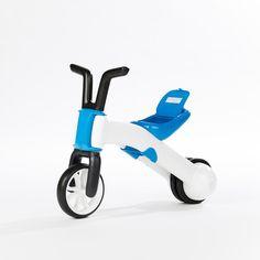 Este fantástico vehículo para los más   pequeños bien describe el ¡2 en 1! Es un triciclo que se convierte en una   bicicleta sin pedales para tu pequeño, de modo que cuando haya mejorado el   sentido del equilibrio, la podrás transformar fácilmente y sin necesidad de   herramientas. De diseño robusto, con ruedas silenciosas que de tres pasa a dos, con   asiento regulable en 2 posiciones para adaptarse mejor a la altura del niño,   también dispone de un espacio en el asiento para guardar…