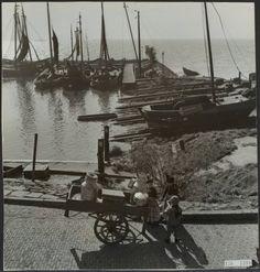 visserij, havens Datum 15 september 1951 Locatie Noord-Holland, Volendam Trefwoorden handkarren, havens, kinderen, melkbussen, visserij, vissersboten Fotograaf Andriesse, Emmy