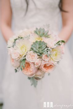 Coral Bridal Bouquet - Bouquet de mariée corail : Lily Paloma - Photographe : The Quirky