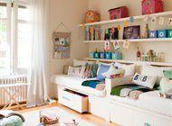 En un dormitorio para dos las necesidades de espacio se duplican y mantener el orden se complica. Para lograrlo se aprovecho las paredes como almacenaje ...