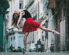 Tänzer auf den Straßen Kubas - Starke Fotoreihe von Omar Robles https://www.langweiledich.net/taenzer-auf-den-strassen-kubas/