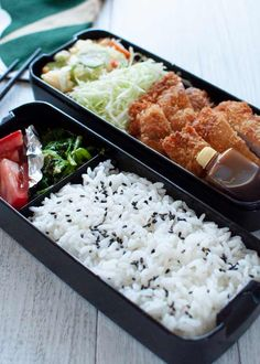 The Japanese Bento Box is the ultimate meal prep, consumed by millions of Japanese every day. Today's bento recipe is Tonkatsu Bento (pork schnitzel bento). Japanese Bento Box, Japanese Dishes, Japanese Food, Japanese Meals, Bento Recipes, Healthy Recipes, Bento Ideas, Manger Healthy, Bento Box Lunch For Kids