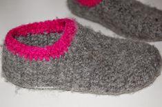 Lisebethslykkebo: Hekle tovede tøfler med oppskrift. Slippers, Crochet Bags, Shoes, Fashion, Crochet Clutch Bags, Sneaker, Crochet Tote, Zapatos, Moda