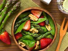 Lekka sałatka ze szparagami i orzechami włoskimi