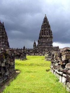 Indonesia 02 Conjunto de Prambanan  Construido en el siglo X, este conjunto monumental es el más grande de los dedicados al culto de Siva en Indonesia. En medio del último de los recintos cuadrados concéntricos se alzan tres templos consagrados a cada una de las deidades principales del hinduismo: Siva, Visnú y Brahma.