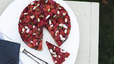 Skøn jordbærkage uden mel og sukker. Der er ikke noget så sommerligt som en skøn jordbærkage. Og denne version kan du nyde med ekstra god samvittighed.