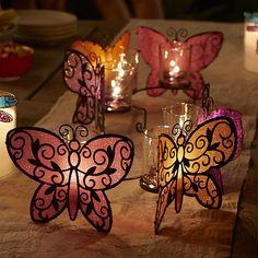 Perhonen kynttiläsomiste tuo tunnelmaa elokuun pimeneviin iltoihin ja sopii etenkin venetsialaistunnelmaan yhdessä riippuvien perhosten kanssa.