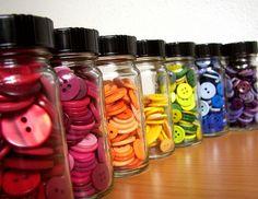 Por colores es más fácil encontrar el botón correcto #fiebredemateriales #costura #Singer