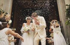En #Argentina es común tirarle arroz a la novia y al novio cuando salen de su ceremonia para que tengan prosperidad Recuerda @FarahMedinaWC es el #epicentro de la moda matrimonial con más de 20 años de experiencia!  #Wedding #WeddingDay #WeddingDress #Accesories #WeddingTime #Marriage #Bride #Groom #Matrimonio #Boda #Novio #Novia #Accesorios #Love #Barranquilla #Colombia