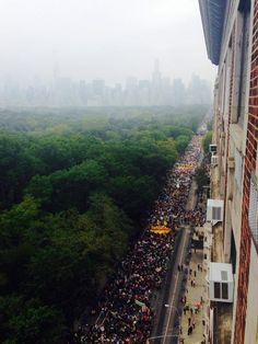 WOW official count 310,000 & over 4 miles of #NYC streets. [photo] @cynryan pic.twitter.com/YeguZbrFyG #PeopleClimateMarch