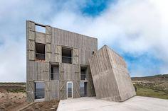 alejandro aravena's 'primitive' concrete home hides interiors of subtle luxury, … - Architektur Concrete Siding, Concrete Blocks, Chili, Piscina Interior, Journal Du Design, Primitive, Unusual Buildings, Weekend House, House Built