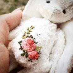 Ещё чуть чуть рабочих моментов ))) #rose #rabbit #teddyrabbit #teddybear #teddy #teddybear #bear #bearteddy #миник #заяс #зайка #зайчик #вышивка #вышиваю #винтаж #розы #розочки #шелк