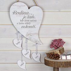 HOUSEDECOR.CZ - DEKORACE - Dekorace na pověšení - Rodinné srdce Láska nikdy nekončí (na míru) Funny Texts, Place Card Holders, Stencil, Design, Home Decor, Wreaths, Doggies, Decoration Home, Room Decor