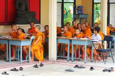 日本においては、日本国憲法第二〇条において「国及びその機関は、宗教教育その他いかなる宗教的活動もしてはならない」という政教分離に関する記述があるように、公教育において宗教教育が実施されることはない。しかしタイは、公教育以前から寺院が教育機関としての役割を担い、現在も教育制度、カリキュラムを含めた教育内容において宗教、とりわけ仏教が重要な地位を占めている国である。それではこのような国において、他の宗教を信仰する人々はどのように育ち、学ぶのか。本稿では、タイの基礎教育カリキュラムにおける宗教の位置づけから、ムスリムへの対応について分析を試みたい。