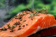 Zalm met spek uit de Airfryer is heerlijk krokant met de zachte smaak van de roze vis. Gril de zalm op de grillplaat, dan bakt hij niet aan.