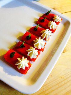 Mise en bouche : Crackers Parmesan - poivrons marinés - mousse de Feta