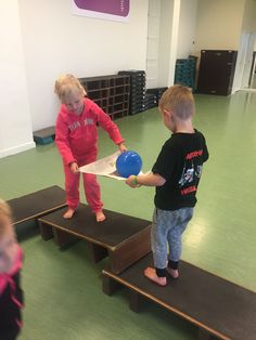 Balance with a partner - gross motor skills - phys Motor Activities, Preschool Activities, Therapy Activities, Physical Activities, Gross Motor Skills, Video Games For Kids, Kids Sports, Physical Education, Health Education
