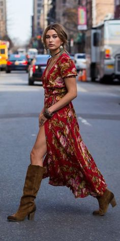 Hailey Baldwin was subtly sexy as she strutted across the street in her boho-ins. - Elif - - Hailey Baldwin was subtly sexy as she strutted across the street in her boho-ins. Hailey Baldwin, Hippie Style, Gypsy Style, Boho Gypsy, Look Boho Chic, Bohemian Look, Bohemian Fashion, Bohemian Winter Style, 70s Fashion