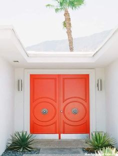 Mid-century architecture: Mid-century modern architecture projects in Palm Springs Orange Front Doors, Double Front Doors, Front Door Colors, Solid Doors, Style Palm Springs, Palm Springs Häuser, Palm Springs Motels, House Front Door, House Entrance