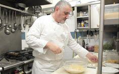 La pasta cacio e pepe è un classico primo piatto romano: lo chef Arcangelo Dandini ci mostra come farla.