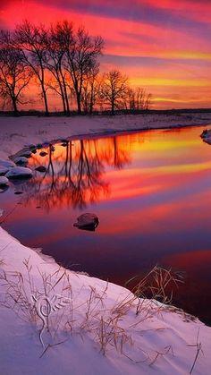 Cristales congelados en el cielo hacen amaneceres y puestas de sol de invierno absolutamente increíble .: