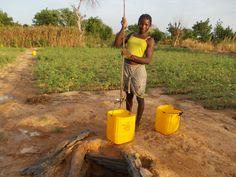 Ragazza al pozzo (1). Nanoro. Burkina Faso.