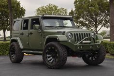 We are going to be bold here and say that we have found the coolest car on the face of the earth! This Matte Green Jeep Wrangler with its off-road gear . Green Jeep Wrangler, 2017 Jeep Wrangler, Jeep Rubicon, Jeep Wrangler Jk, Jeep Jk, Jeep Wrangler Unlimited, Jeep Truck, Jeep Trailhawk, Jeep Wave