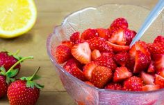 Erdbeeren  Erdbeeren sind eine schlankmachende Vitamin C-Bombe. Sie bestehen zu 90% aus Wasser und können so unbedenklich verspeist werden, enthalten Ballaststoffe, die unsere Verdauung anregen und decken bereits mit 200 g unseren Tagesbedarf an Vitamin C.