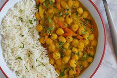 Te explicamos paso a paso, de manera sencilla, la elaboración de la receta de curry de garbanzos con mango. Ingredientes, tiempo de elaboración