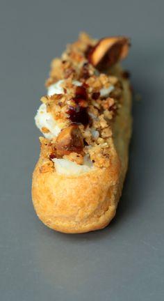 Mini éclairs au roquefort Papillon , compotée de poires aux raisins , crumble de noisettes et sirop de Liège balsamiqué | On dine chez Nanou...