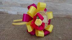 Tiara encapada junina com fita de cetim e chapeuzinho em palha. Nalu, Gift Wrapping, Gifts, Craft Ideas, Diy And Crafts, Boutique Hair Bows, Ribbon Crafts, Flowers, Princesses