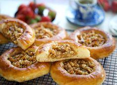 Zachte walnootbroodjes | Kookmutsjes Mini Cheesecakes, High Tea, Pulled Pork, Tart, Cake Recipes, Food Photography, Food And Drink, Lunch, Bread