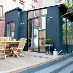 Inspirations : zoom sur les vérandas - Blueberry Home Extension Veranda, Porch Lighting, House Extensions, House And Home Magazine, Large Windows, Architectural Digest, Sunroom, New Homes, Backyard