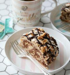 Hei fine lesere♥ Denne Snickers variant av den populære kake en klassisk Budapest rull, er farlig godt. Kaken er fylt med sjokolade krem, salte peanøtter, salt karamell, og litt havsalt, Selve toppen er drysset med smelted sjokolade, salt karamell saus , og salte peanøtter det er bare magisk godt! SNICKERS BUDAPEST RULL INGREDIENSER 250 GRAM Cake Recipes, Dessert Recipes, Norwegian Food, Pudding Desserts, Budapest, Cravings, Food And Drink, Muffins, Sweets