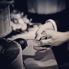 Cutting the wedding cake #wedding #cake #weddingcake #weddings #weddingforum #weddingphotos #weddingdetails #weddingpictures #weddinginspiration #weddingphotographer #bryllup #bryllupdk #bryllupsklar #bryllupsbilleder #bryllupsfotograf #bryllupsforberedelse #voresstoredag #fotograf #bryllupskage #instawed