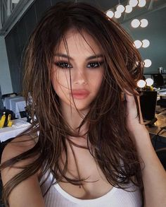 The beautiful, cool, and sexy Selena Gomez has changed her hairstyle. You should check our Selena Gomez 2020 new hairstyle gallery! Selena Selena, Maquillaje Selena Gomez, Beauty Makeup, Hair Beauty, Eye Makeup, Selena Gomez Style, Selena Gomez Makeup, Selena Gomez Long Hair, Selena Gomez Selfies