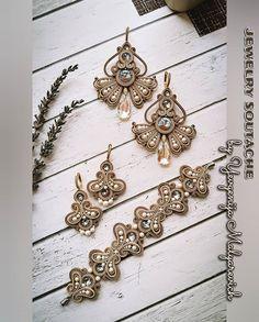 """ЕВГЕНИЯ МАЛЯРЕВИЧ 🇷🇺 na Instagrame: """"Ну, вот, просился браслет в комплект, а получился мега-комплект! Понесло, так понесло 😂. И, кстати, мысль сшить еще и маленькие серьги…"""" Soutache Bracelet, Soutache Jewelry, Beaded Earrings, Beaded Jewelry, Handmade Jewelry, Jewellery, Diy Projects To Try, Shibori, Tatting"""