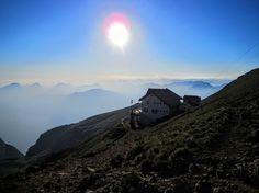 Zonsondergang vanaf de Monte Baldo - Vanaf de Rifugio Telegrafo op de Monte Baldo heb je een betoverend mooi panorama over het Gardameer en de omgeving! Mount Everest, Mountains, Nature, Travel, Naturaleza, Viajes, Destinations, Traveling, Trips