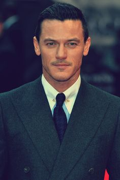 Luke Evans @ the UK premiere of his new film 'Dracula: Untold' (10/1/2014)