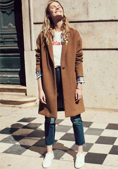 Jean mom + tee shirt printé + chemise + baskets blanches + manteau camel